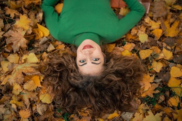 クローズアップ肖像魅力的なかわいい素敵な女の子を着て暖かい快適なプルオーバー Premium写真
