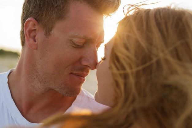 Close up ritratto di belle coppie europee innamorate guardando a vicenda. Foto Gratuite