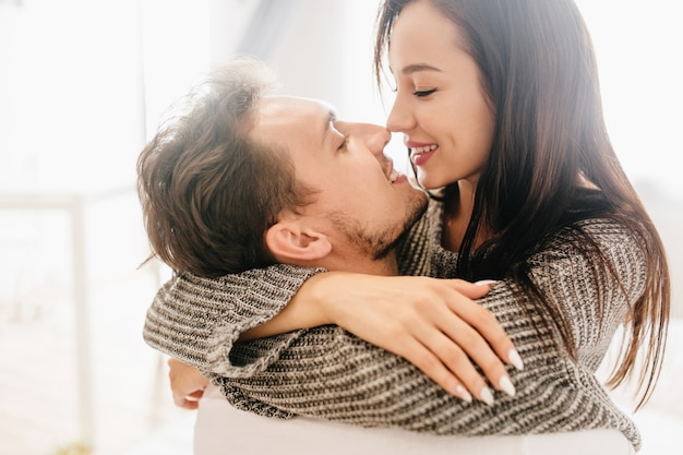 Close-up portrait of kissing couple spending morning together Free Photo