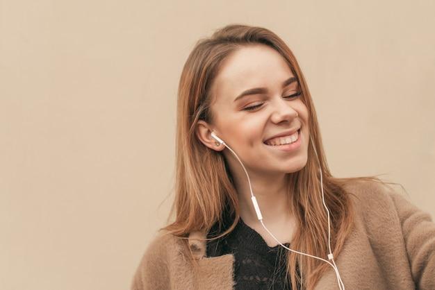 Девушка Получает Удовольствия С Закрытыми Глазами