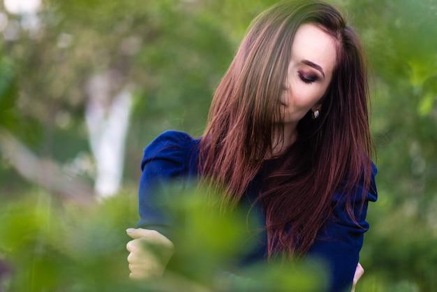 屋外で美しい女の子の肖像画を閉じます Premium写真