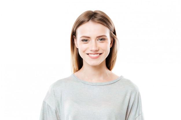 카메라를보고 웃는 젊은 여자의 초상화를 닫습니다 무료 사진