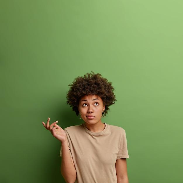 Крупным планом портрет привлекательной молодой женщины изолированы Бесплатные Фотографии