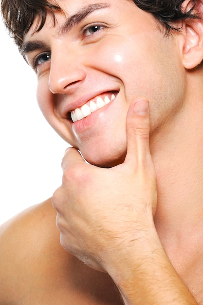 こぼれるような笑顔できれいに剃った男性の顔のクローズアップの肖像画 無料写真