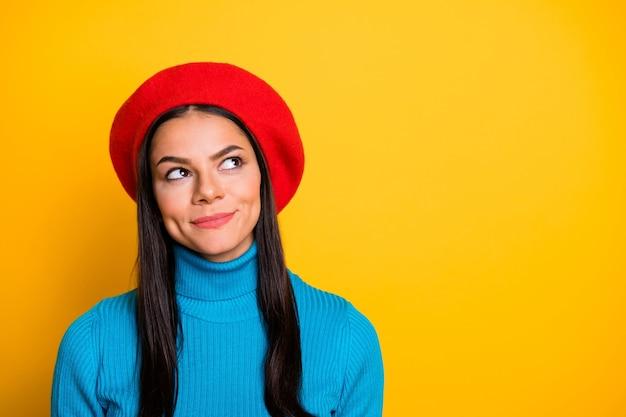 그녀의 클로즈 업 초상화 그녀는 멋져 보이는 매력적인 사랑스러운 귀여운 창조적 호기심 쾌활한 쾌활한 Brunet 소녀는 밝고 선명한 빛나는 생생한 노란색 벽 위에 고립 된 아이디어를 만드는 생각 프리미엄 사진