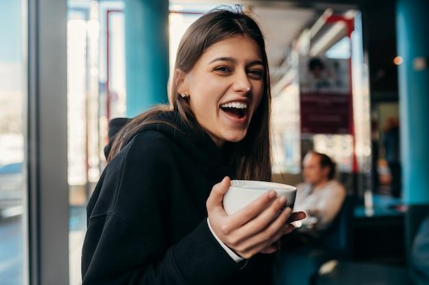 かなり女性がコーヒーを飲むの肖像画を間近します。 無料写真