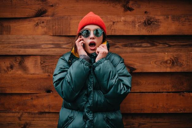 Крупным планом портрет потрясенной женщины разговаривает по телефону Бесплатные Фотографии