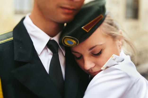 Крупным планом портрет невесты на плечах военнослужащих Бесплатные Фотографии