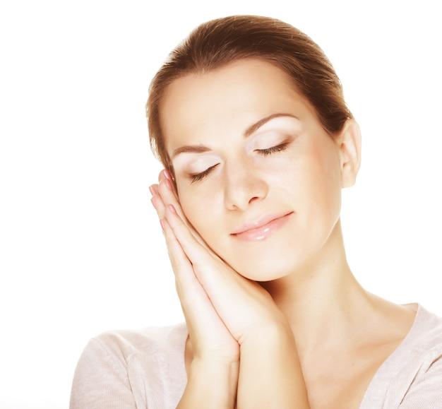 清潔でさわやかな肌を持つ若い閉じる目女性の顔のクローズアップの肖像画 Premium写真