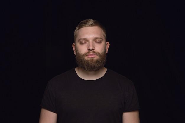 Крупным планом портрет молодого человека на черной студии Бесплатные Фотографии