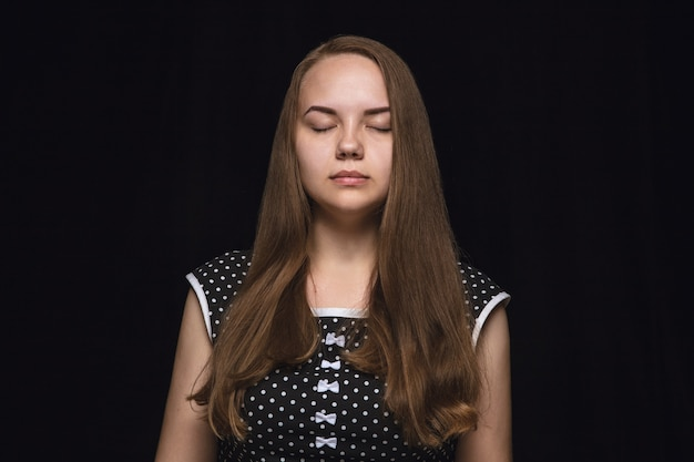 孤立した若い女性の肖像画を閉じます。目を閉じた女性モデル。思いやりがある。顔の表情、人間性、感情の概念。 無料写真