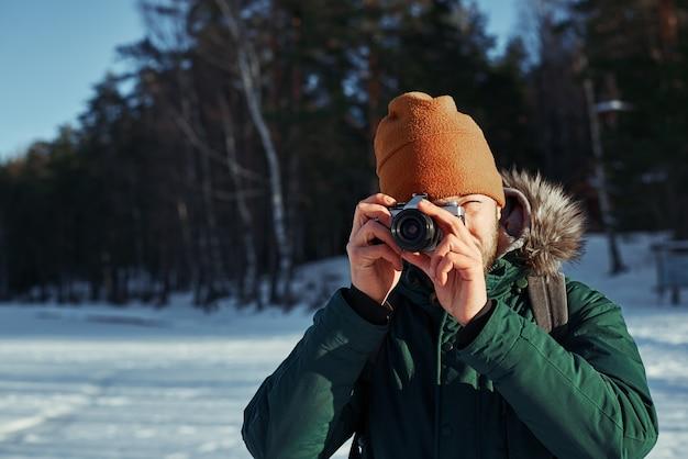 Close up ritratto del fotografo con fotocamera vintage Foto Gratuite