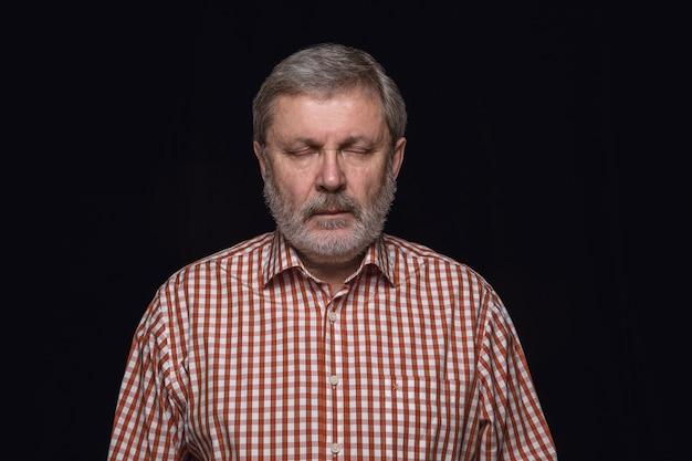 Close up ritratto di uomo anziano isolato. modello maschile con gli occhi chiusi. premuroso. espressione facciale, natura umana e concetto di emozioni. Foto Gratuite