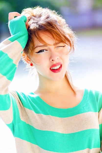 Chiuda sul ritratto di giovane bella ragazza avere emozioni potenti, sorpreso e scioccato, divertirsi, indossare un maglione luminoso e truccarsi. Foto Gratuite