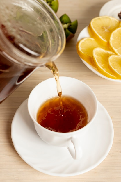 Close up pouring tea in the cup Free Photo