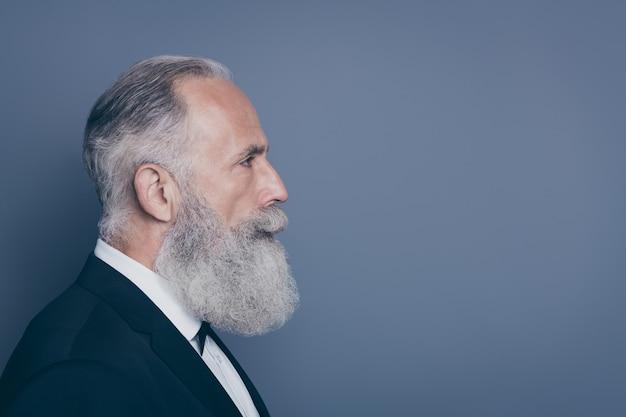 Крупный план профиля, вид сбоку, портрет его красивого привлекательного мужского содержания, мужественного ухоженного седого мужчины, изолированного на сером фиолетовом фиолетовом фоне пастельных тонов Premium Фотографии