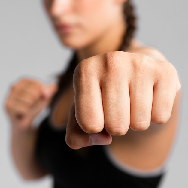 Close-up punch of a gym fit blurred woman Free Photo