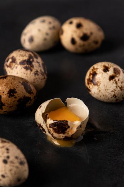 Крупным планом перепелиные яйца с треснувшей скорлупой Бесплатные Фотографии