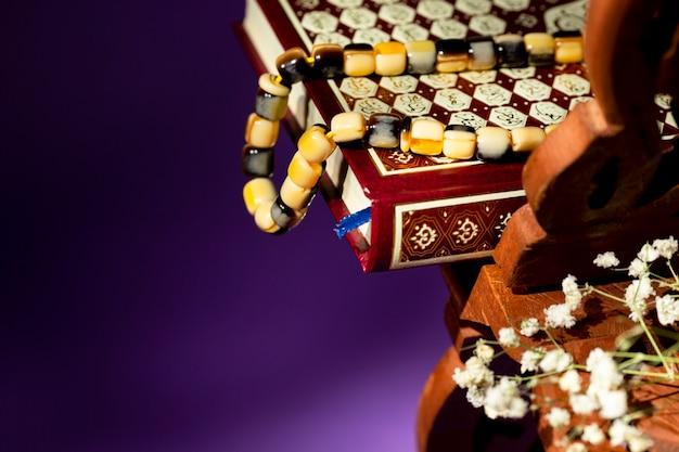 Close up quran with prayer beads Free Photo