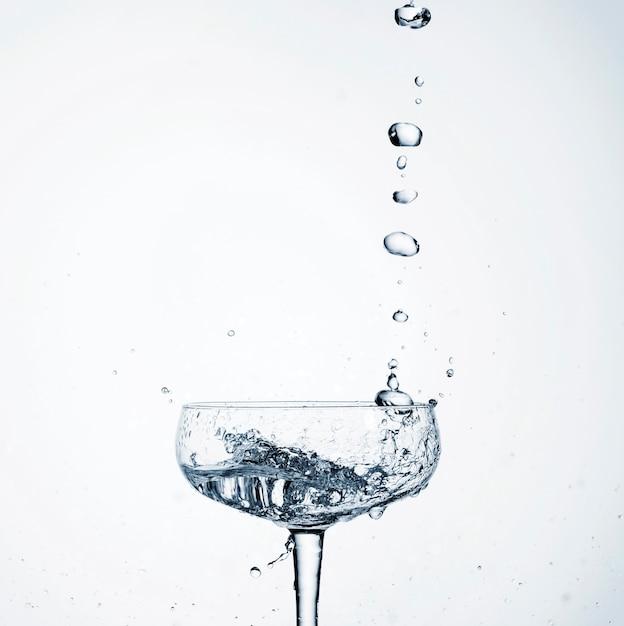 ガラスに注ぐクローズアップの現実的な水 無料写真