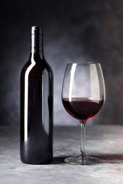 Close-up red wine bottle and glass Free Photo