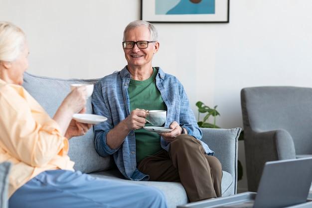 居間で引退したカップルをクローズアップ 無料写真