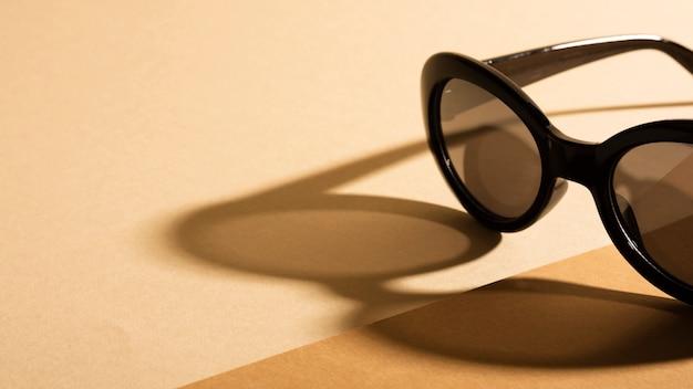 Retro occhiali da sole del primo piano con ombra Foto Gratuite