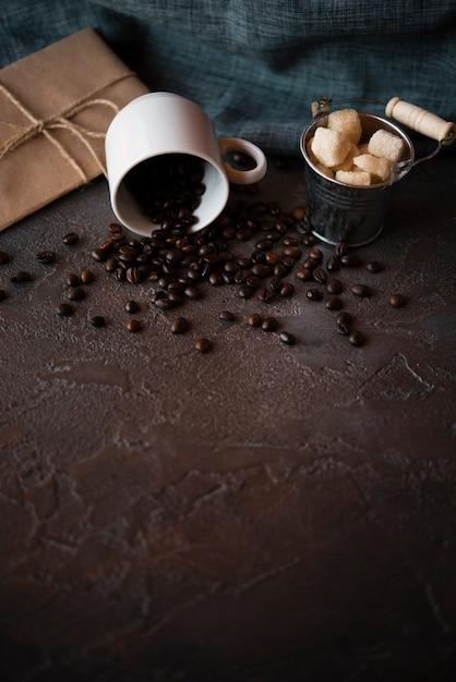 Крупный план жареных кофейных зерен в чашке Бесплатные Фотографии