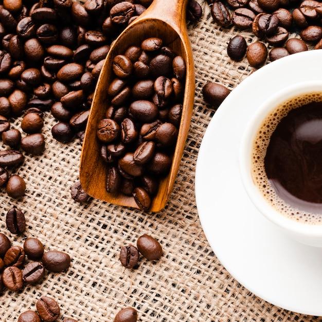 Жареные свежие кофейные зерна крупным планом Premium Фотографии
