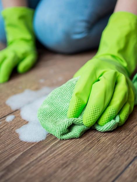 床を掃除するクローズアップのゴム手袋 無料写真