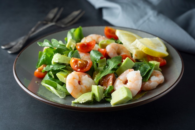 Close up of salad with avocado and shrimps Premium Photo