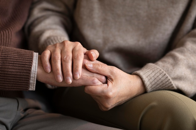 Close-up senior couple holding hands Premium Photo