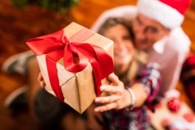 Primo piano di coppia senior con il regalo Foto Gratuite