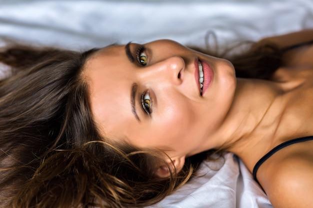 はい素晴らしいグリーンオリーブはい、朝の柔らかな光、自然の美しさ、スパ、スキンケアコンセプトでゴージャスな美しいブルネットの女性の官能的な肖像画を閉じます。 無料写真