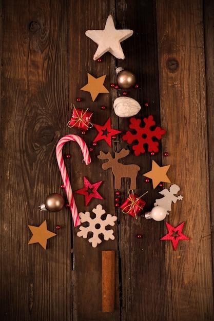 Immagine ravvicinata di bellissimi ornamenti natalizi creando un'atmosfera festosa Foto Gratuite