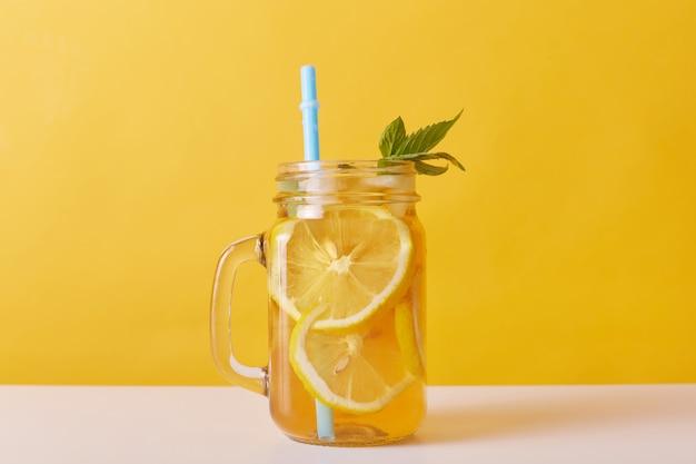 Chiuda sul colpo della bevanda fresca con i limoni e la menta Foto Gratuite