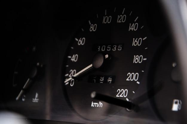 車のスピードメーターのショットを閉じる Premium写真