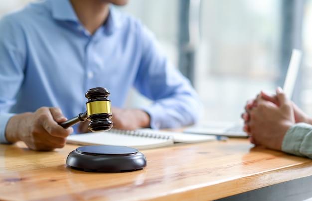 Крупным планом адвокат, держащий молоток, давая советы по закону, концепции справедливости. Premium Фотографии
