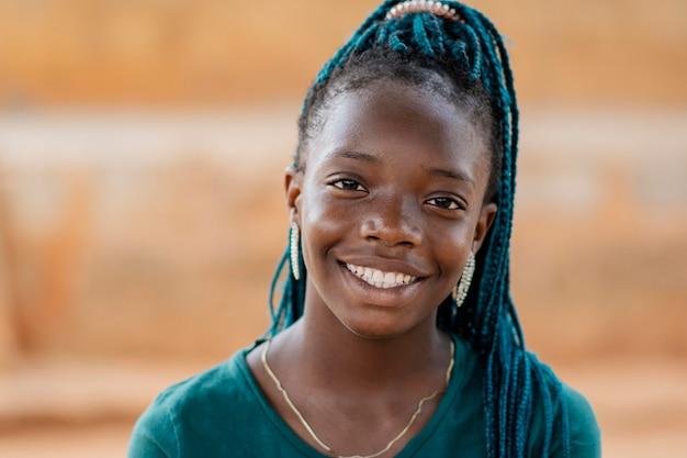 クローズアップスマイリーアフリカの女の子 無料写真