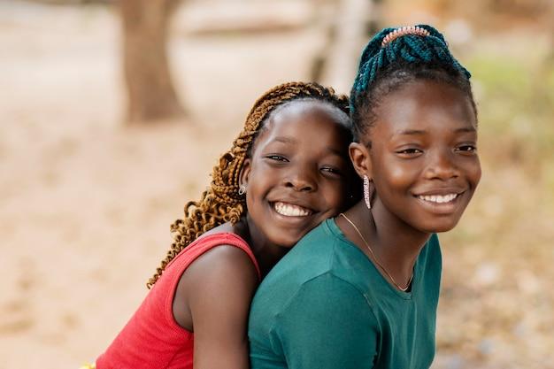 屋外のクローズアップスマイリーアフリカの女の子 無料写真
