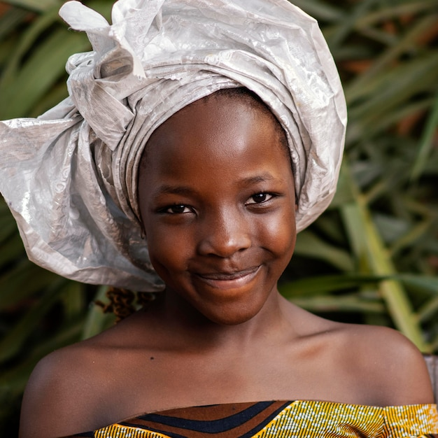 葉でポーズをとるクローズアップの笑顔の女の子 無料写真