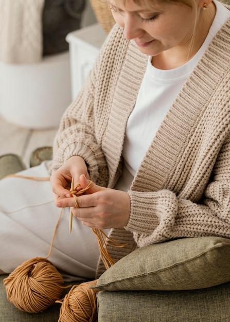 Donna di smiley del primo piano che lavora a maglia Foto Gratuite