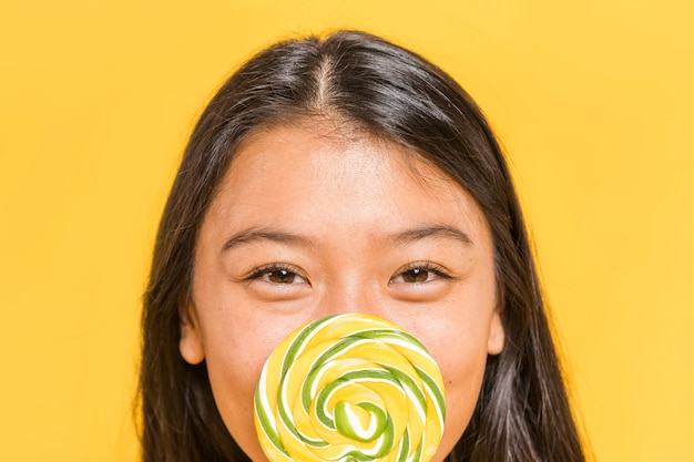 Close-up smiley woman and lollipop Free Photo