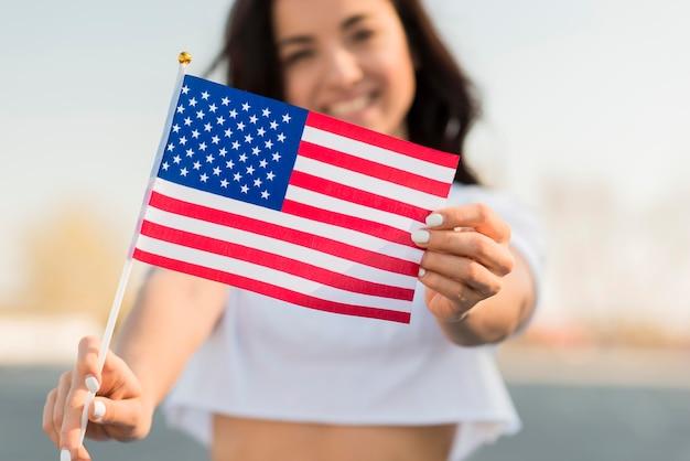 Макро улыбается женщина держит флаг сша Бесплатные Фотографии