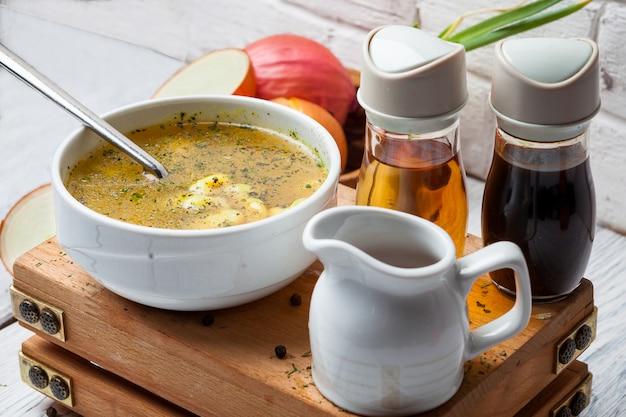 ソースとタマネギのボウルのクローズアップスープ 無料写真