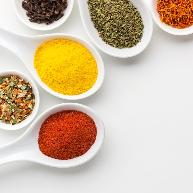 Close-up spices powder on spoons Free Photo