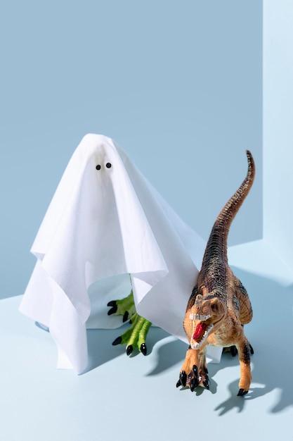 Giocattoli spettrali del fantasma e del dinosauro di halloween del primo piano Foto Gratuite