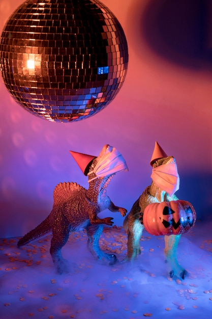 クローズアップの不気味なハロウィーンのおもちゃとディスコボール 無料写真