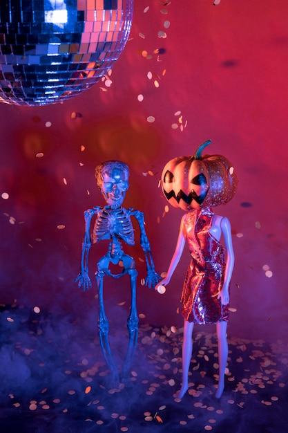 Крупный план жуткие игрушки на хэллоуин и диско-шар Бесплатные Фотографии