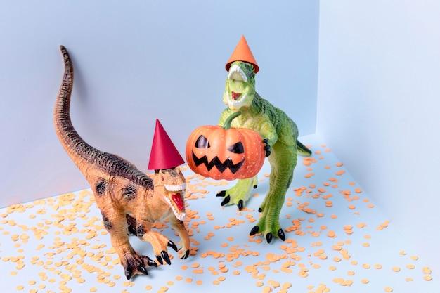 Giocattoli spettrali di halloween del primo piano con i coriandoli Foto Gratuite